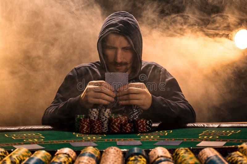 Stående av ett yrkesmässigt sammanträde för pokerspelare på pokertabellen arkivfoto