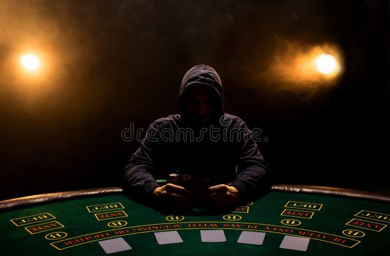 Stående av ett yrkesmässigt sammanträde för pokerspelare på pokertabellen royaltyfri foto