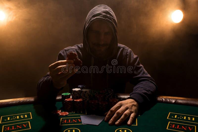 Stående av ett yrkesmässigt sammanträde för pokerspelare på pokertabellen royaltyfria bilder