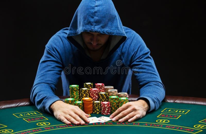 Stående av ett yrkesmässigt sammanträde för pokerspelare på pokertabellen royaltyfria foton