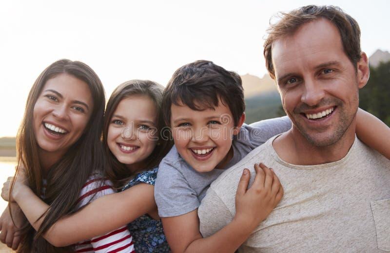 Stående av föräldrar som på ryggen ger ritt för barn i Countrysid royaltyfria foton