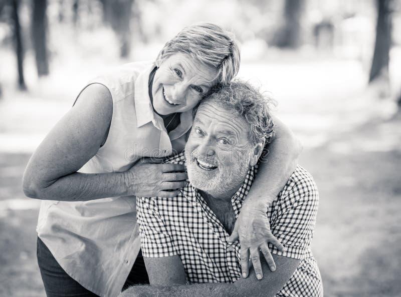 Stående av förälskat koppla av för härliga lyckliga höga par i parkera royaltyfria foton