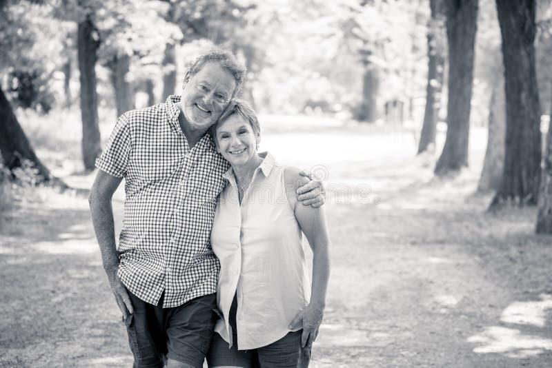 Stående av förälskat koppla av för härliga lyckliga höga par i parkera arkivbild