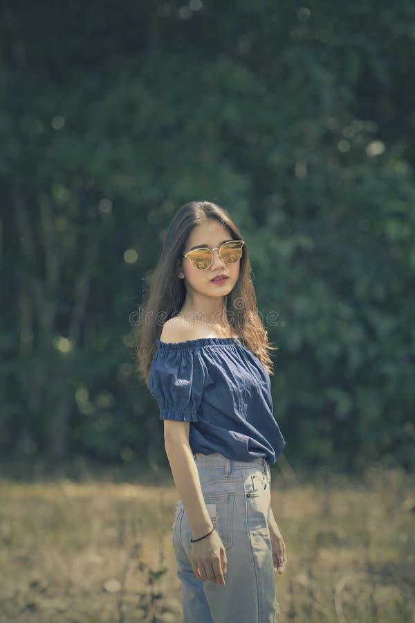 Stående av för biofärg för ung asiatisk kvinna utomhus- stil för process royaltyfria bilder