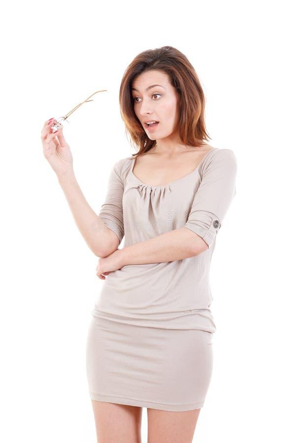 Stående av förvånat bära för exponeringsglas för ung kvinna hållande dres arkivbild