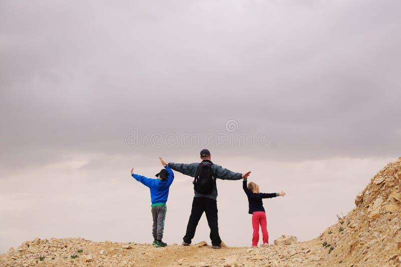 Stående av fadern med två ungar arkivfoto