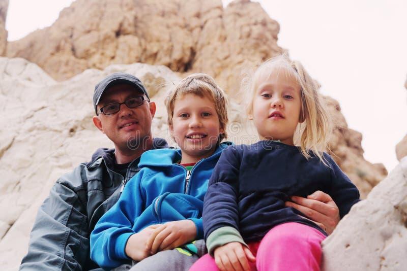 Stående av fadern med två ungar royaltyfri fotografi