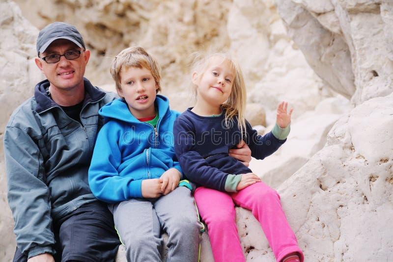 Stående av fadern med två ungar arkivbild