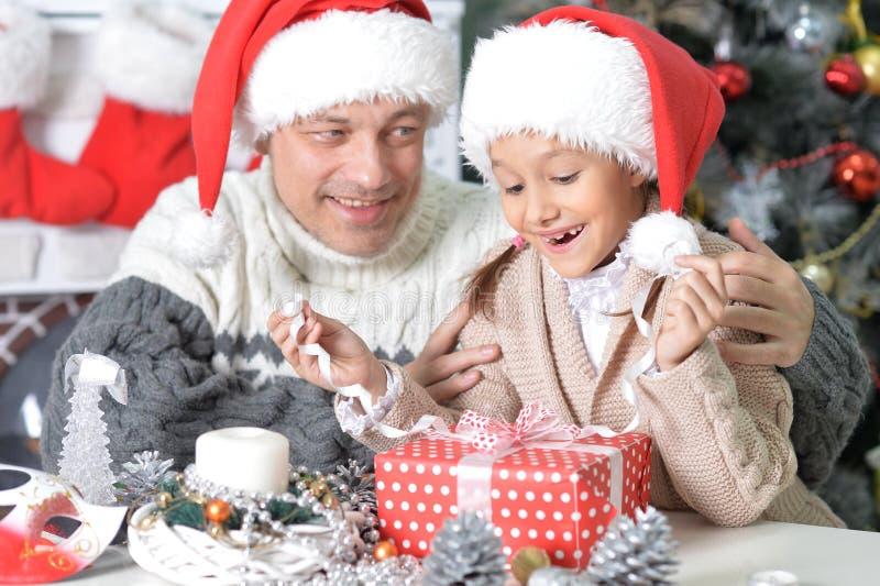 Stående av fadern och dottern som förbereder sig för jul fotografering för bildbyråer