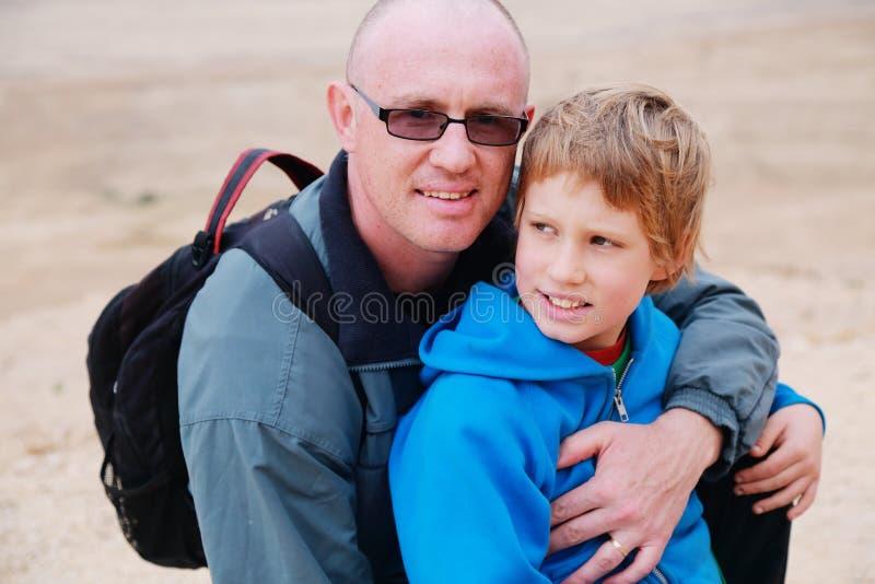 Stående av fadern och sonen utomhus royaltyfri foto