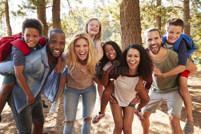 Stående av familjen med vänner på att fotvandra affärsföretag i skog arkivbilder