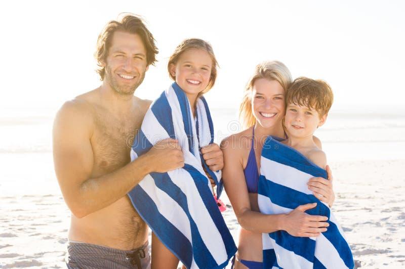 Stående av familjen på stranden royaltyfri foto
