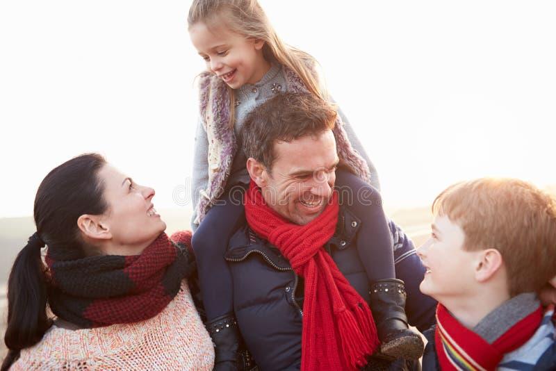 Stående av familjen på vinterstranden royaltyfri fotografi