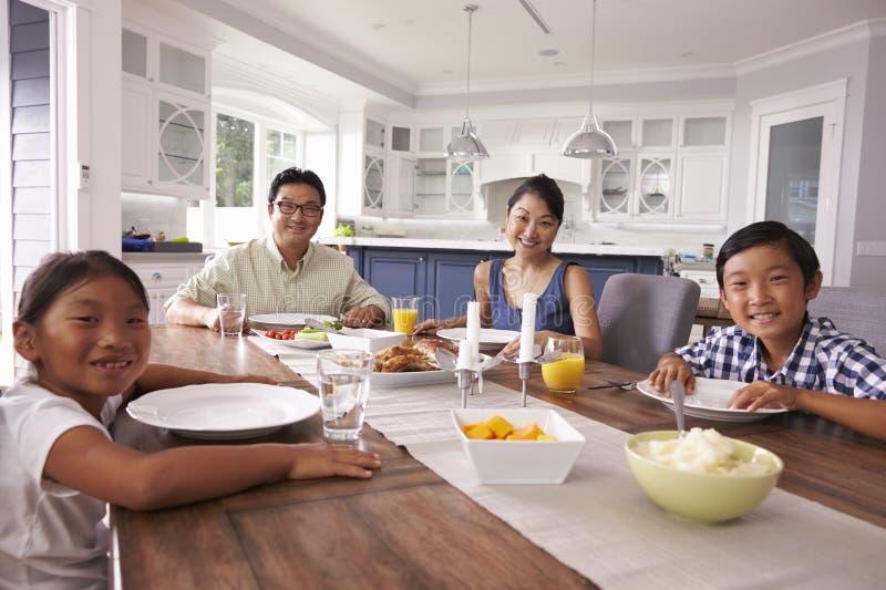 Stående av familjen som hemma äter mål tillsammans arkivbilder