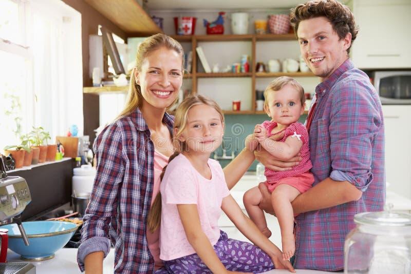 Stående av familjmatlagningmål i kök tillsammans arkivfoto