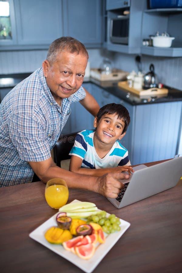 Stående av farfadern och sonen på tabellen arkivfoton