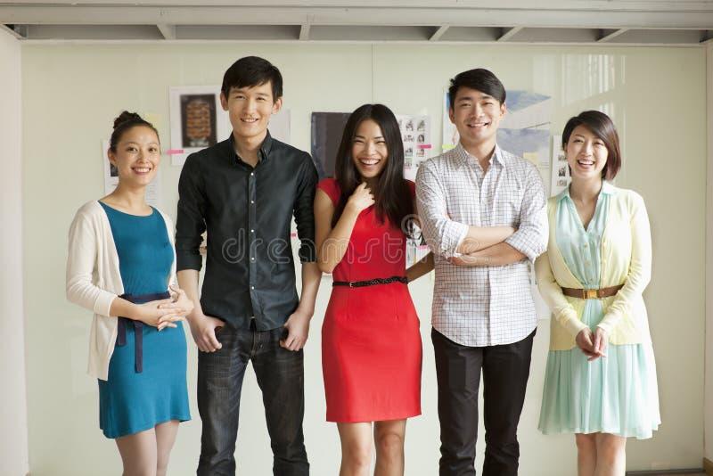 Stående av fem affärspersoner i idérikt kontor royaltyfria foton