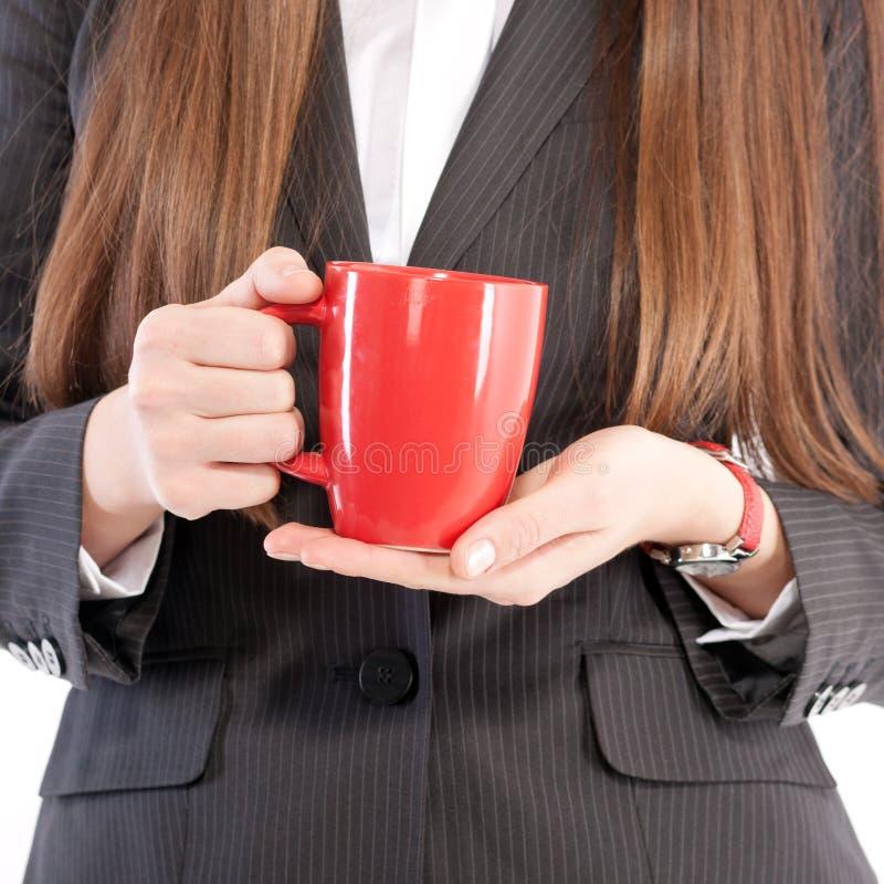 Stående av flickan i affärsdräkt med koppen arkivfoto