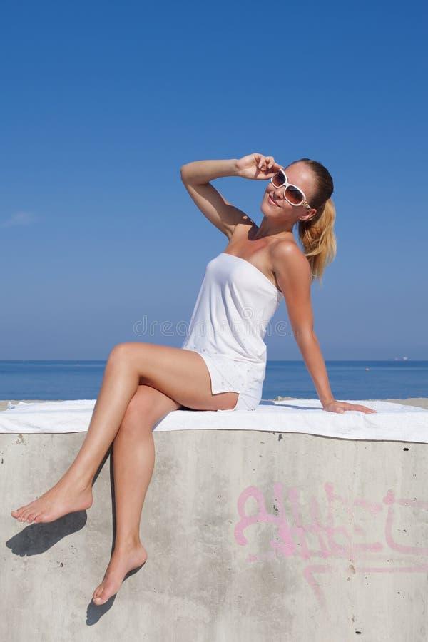 Stående av flickan i den vita korta klänningen arkivbild