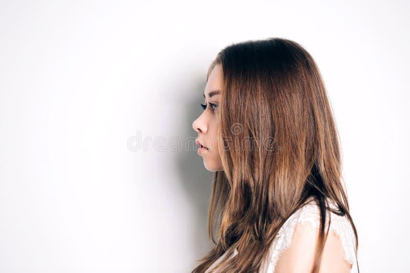 Stående av flickan i profil Den härliga kvinnan har rengöringen brunn-ansad hud och ett långt rakt hår royaltyfria foton