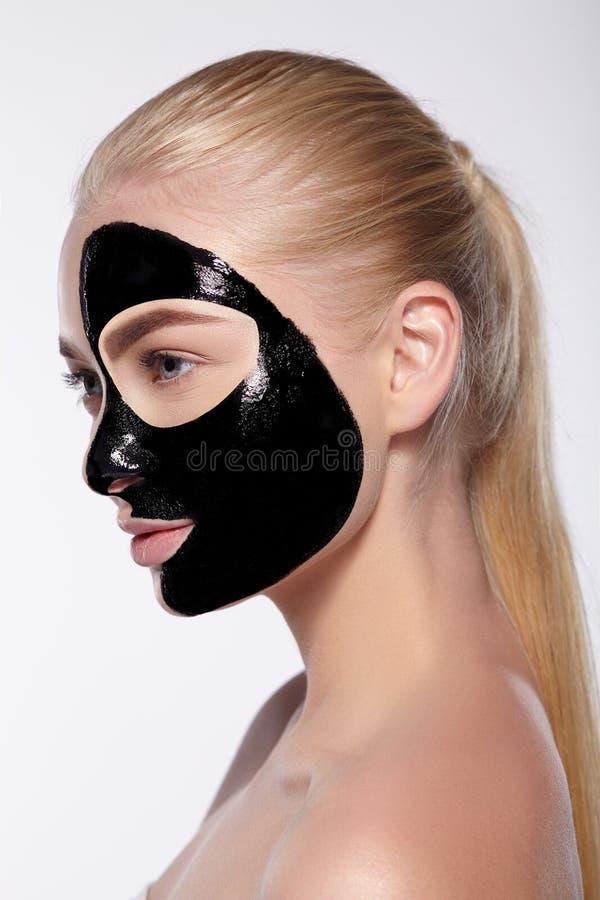 Stående av flickan med den svarta maskeringen på hennes framsida royaltyfri foto