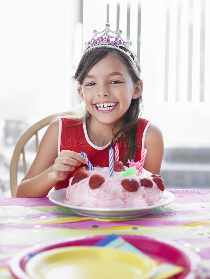 Stående av flickan med födelsedagkakan royaltyfri foto