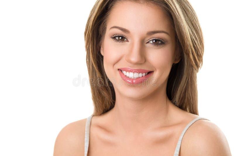 Stående av flickan med härligt toothy leende royaltyfri fotografi