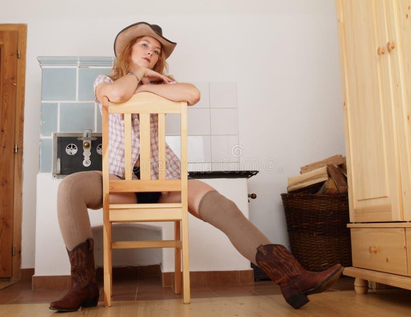 Stående av flickan med hatten på huvudet arkivbild