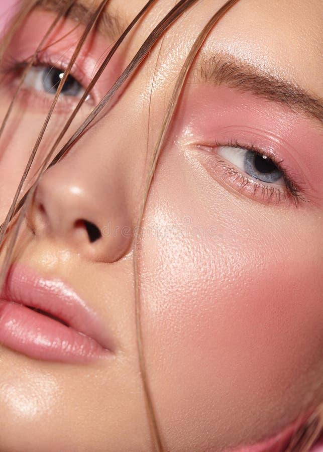 Stående av flickan med ljust rosa smink fotografering för bildbyråer
