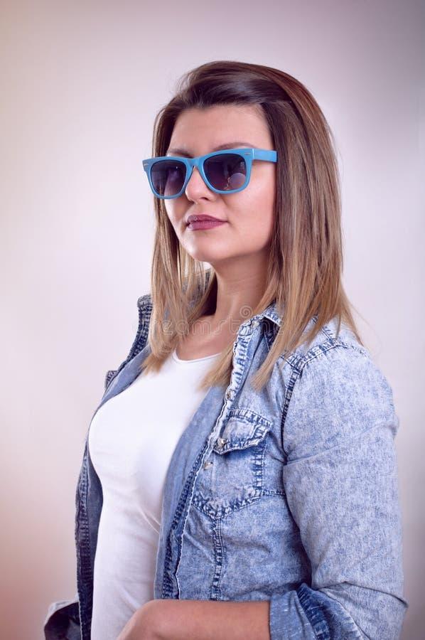 Stående av flickan med solglasögon royaltyfria bilder