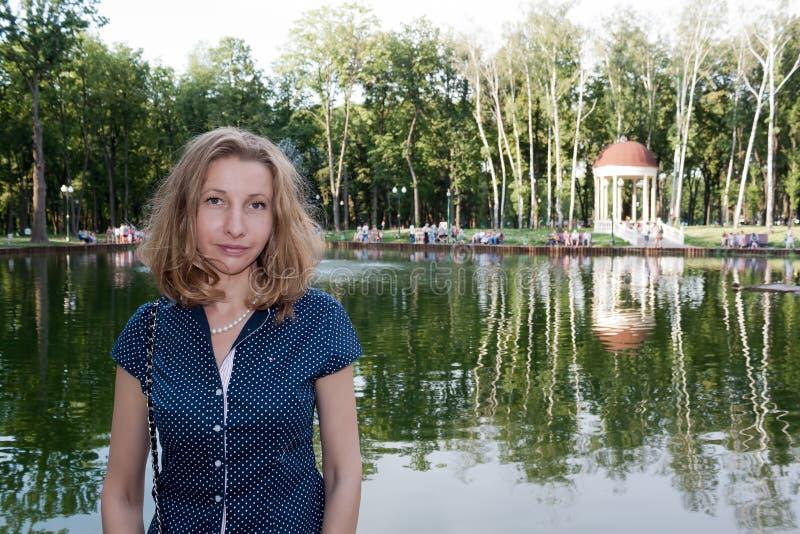 Stående av flickan på en bakgrund av sjön fotografering för bildbyråer