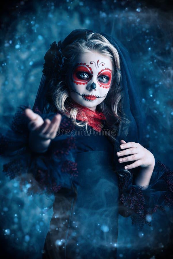 Stående av flickan på halloween royaltyfria foton