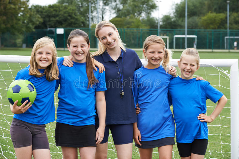 Stående av flickas fotboll Team With Coach royaltyfri foto