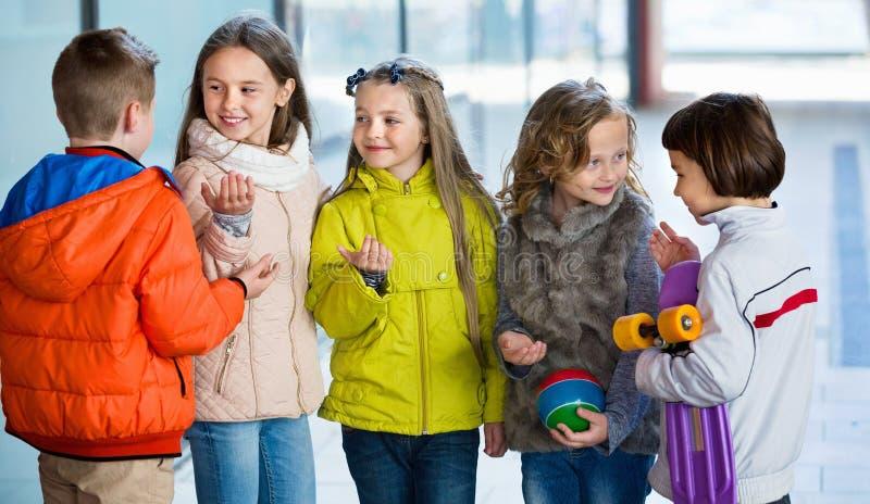 Stående av flickor och pojkar för yngre skola arkivfoto