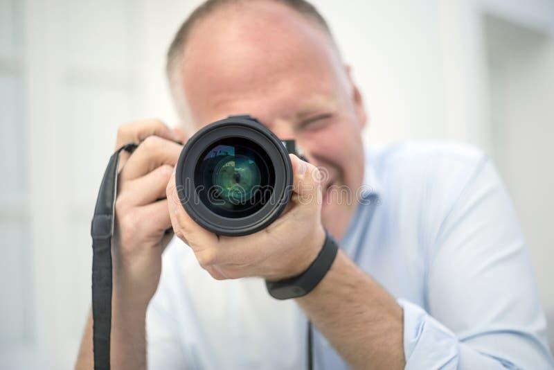 Stående av fotografen med en stor kamera royaltyfri foto