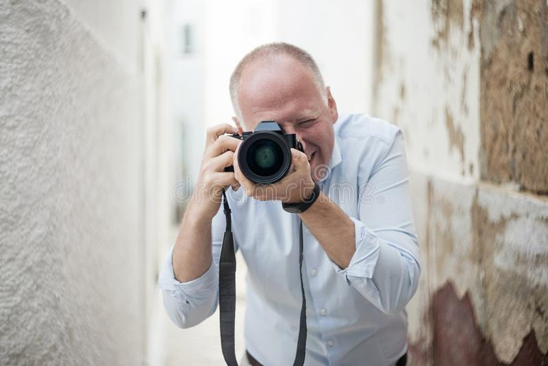 Stående av fotografen med en stor kamera arkivbild