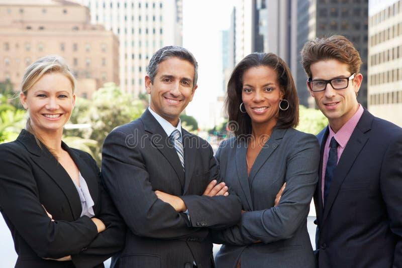 Stående av fyra affärskollegor utanför kontor arkivfoton
