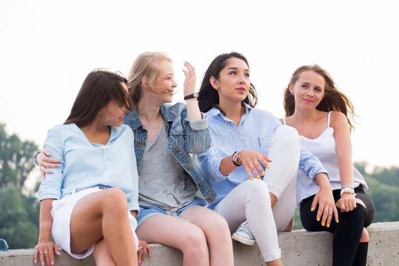 Stående av fyra attraktiva unga kvinnor i studioanseende i linje royaltyfri bild
