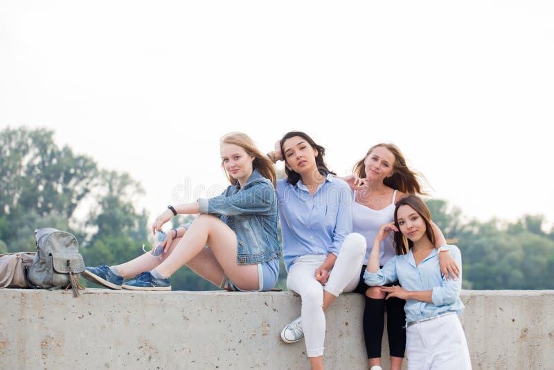 Stående av fyra härliga lyckliga flickvänner, studentflickor arkivfoto