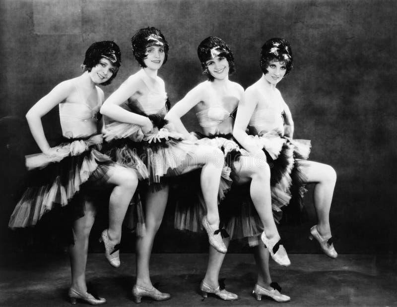Stående av fyra unga kvinnor som utför en dans (alla visade personer inte är längre uppehälle, och inget gods finns Leverantörwar arkivfoto