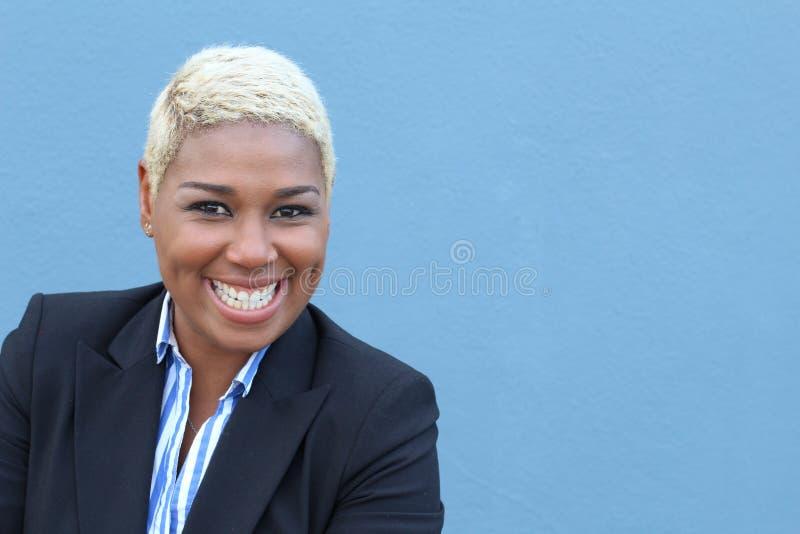 Stående av gladlynt ungt afrikanskt le för kvinna fotografering för bildbyråer