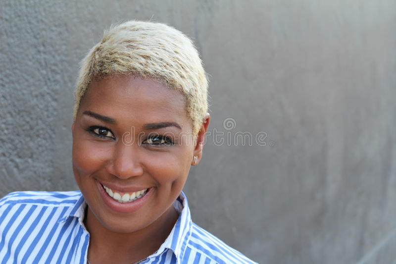 Stående av gladlynt ungt afrikanskt le för kvinna arkivbild