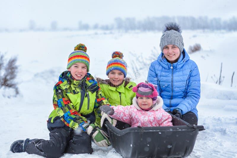 Stående av gladlynta lyckliga pojkar och flickor i vinterkläder arkivbilder