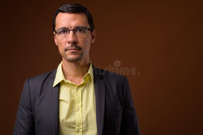 Stående av glasögon och att se för stilig affärsman bärande kameran royaltyfri foto