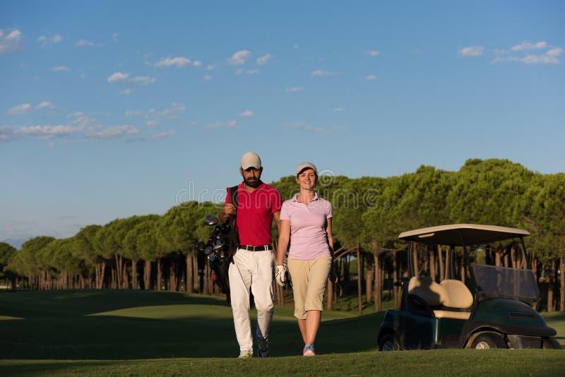 Stående av golfarepar på golfbana arkivbilder