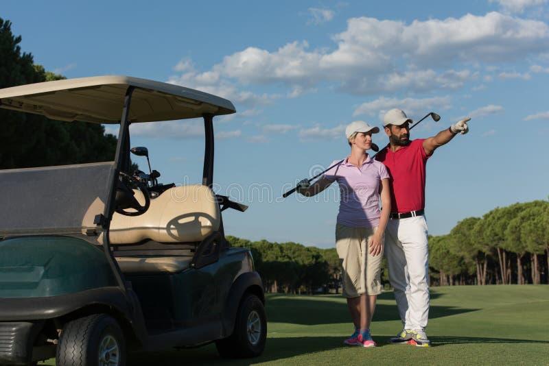 Stående av golfarepar på golfbana arkivfoton