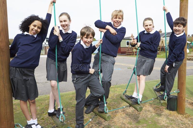 Stående av grundskolaelever på klättringutrustning royaltyfri fotografi