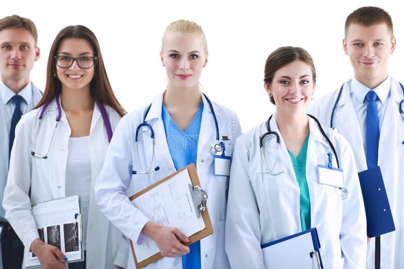 Stående av gruppen av att le sjukhuskollegor som tillsammans står royaltyfri bild