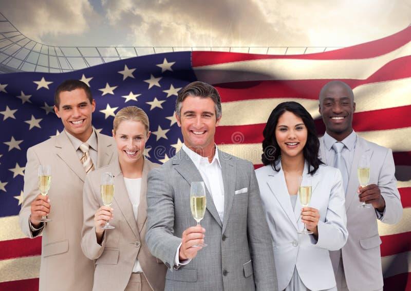 Stående av gruppen av lyckliga businesspeople som rymmer champagneflöjter mot amerikanska flaggan royaltyfria bilder
