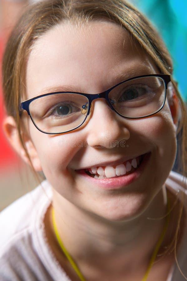 Stående av gullig caucasian flicka weared glasögon royaltyfri foto